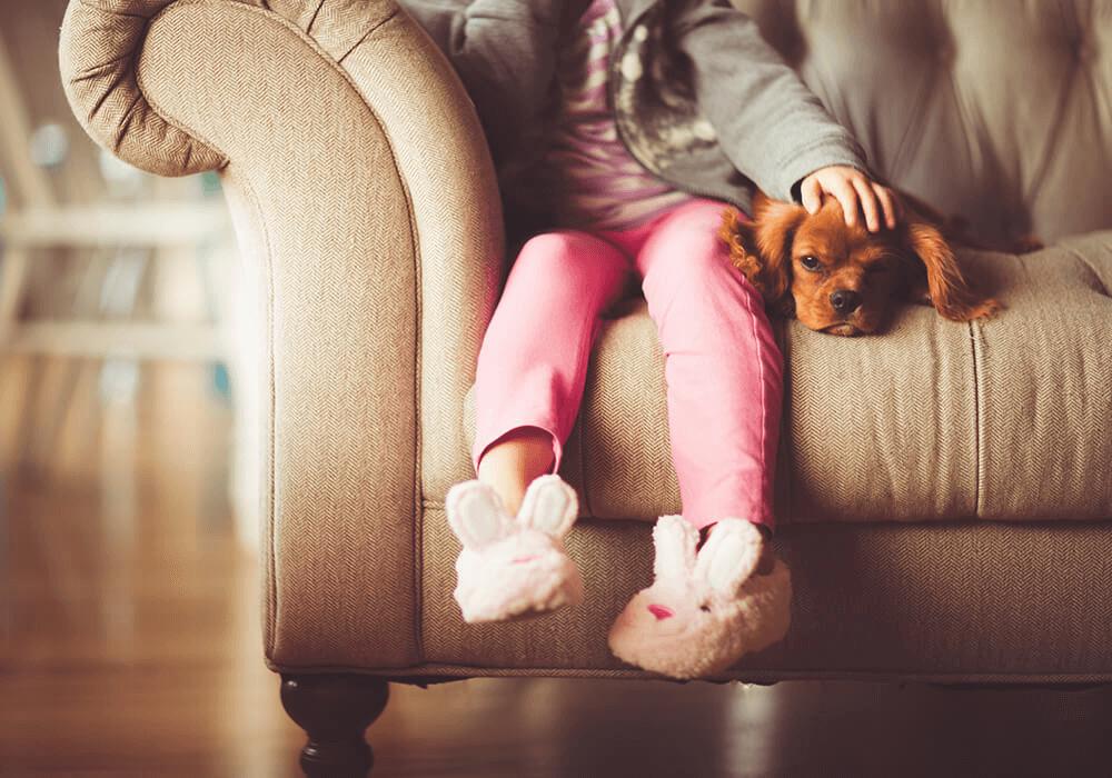 Petite fille assise avec son chien
